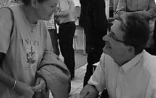 Birte Haagen (tv) er forfatter til den første publikation om Qullissats lukning. Den udkom i 1970'erne på dansk og på grønlandsk. Her ses hun i samtale med Søren Peder Sørensen.